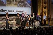 Studenti litoměřického gymnázia přebírají cenu Gratias tibi.