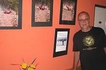 AUTOR snímků Michal Švehla u několika vystavených fotografií. Výstava v baru Sauna v lovosické Přívozní ulici je přístupná každý den kromě neděle vždy od 18 hodin.