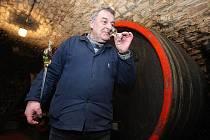 Jeden z nejdéle sloužících vinařů na Litoměřicku Vladimír Šuhájek považuje plán zavést spotřební daň na víno za házení klacků pod nohy českým a moravským vinařům