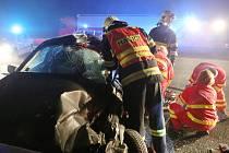 POSLEDNÍ PŘÍPAD. Před sjezdem z dálnice D8 u Lovosic v úterý 9. 12. havaroval řidič osobního auta. Narazil do nákladního vozidla přes sebou. Řidiči se shodují. Nehodě mohlo zabránit blikající upozornění na tvořící se kolonu či snížení rychlosti.