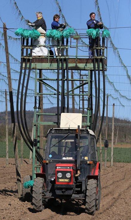 Zemědělci v Liběšicích vyjeli drátkovat do chmelnic