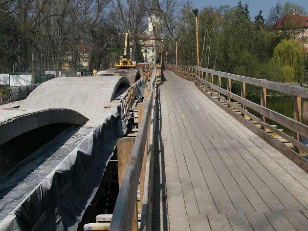 Oprava mostu v Libochovicích je v plném proudu