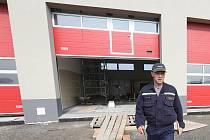 Nová stanice profesionálních hasičů v Lovosicích sestává z hlavní dvoupodlažní budovy a tří garážových stání pro výjezdovou techniku. Na snímku je velitel stanice Lukáš Balaštík.
