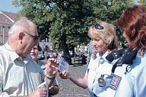 DÁRKY PRO BEZPEČNOST rozdávali policisté seniorům již po několikáté. Ve středu se zaměřili na bezpečnost silničního provozu a obdarovali občany nákupními taškami s reflexními prvky.