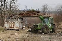 DOBROVOLNÍCI při brigádě vytřídili hlavně pneumatiky a odpad, který lze recyklovat.
