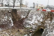 V Terezíně sjelo auto do příkopu.