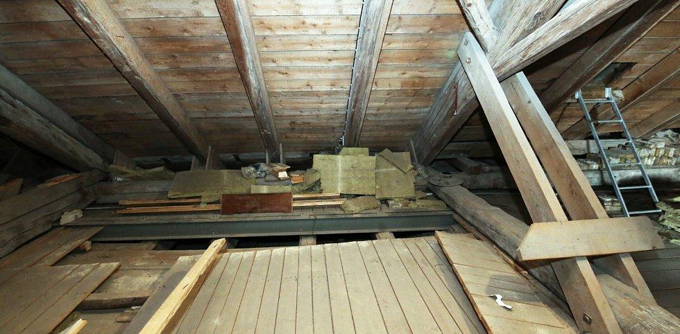 Při rekonstrukci střechy radnice v Litoměřicích našli pod podlahou půdy zdobený starý trám