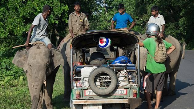 Z CEST PO INDII. Před více než půl rokem vyrazili dva cestovatelé Martin Měchura a Petr Petříček z Bangkoku do Horních Řepčic na Vespě a v tuk-tuku. Navštívili Barmu a projeli i Indii.