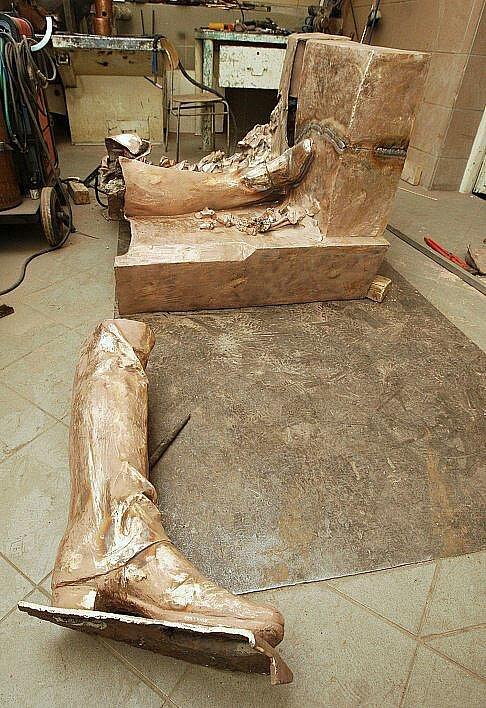 Odlévání sochy K. H. Máchy.