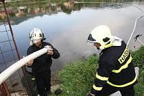 HASIČI likvidovali olejovou skvrnu na Labi v Libochovanech. Zloděj tady zřejmě odhodil kanystr odcizený v sobotu v Lovosicích.