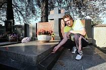 POŠKOZENÁ HROBKA. Roman Zdvořák ukazuje spáru, která vznikla po odsunutí náhrobní desky u hrobky, která patří jeho rodině. Ta je z události otřesena.