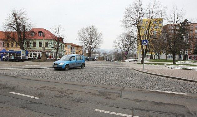 BUDE UZAVŘENA? Spojka mezi ulicemi Osvoboditelů a Zámecká by mohla být uzavřena pro auta, aby vznikla pěší zóna mezi Václavským náměstím a nově rekonstruovaným parkem. Ozáměru debatují lovosičtí radní.