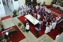 ŘADA LIDÍ se v pátek odpoledne rozloučila s významným českým teologem Miroslavem Zedníčkem v litoměřické katedrále.