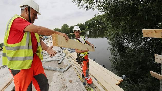 Práce na rekonstrukci mostu ve Štětí. Archivní foto