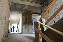 Terezínská nemocnice se pomalu přetváří na dům pro seniory. S dokončení stavby se počítá na podzim