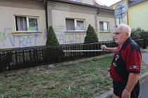V noci z 2. na 3. srpna dosud neznámý vandal v Lipové ulici v Třebenicích posprejoval celou fasádu rodinného domu včetně oken, dveří a přilehlé garáže. Před vchod pak nalil zapáchající tekutinu.