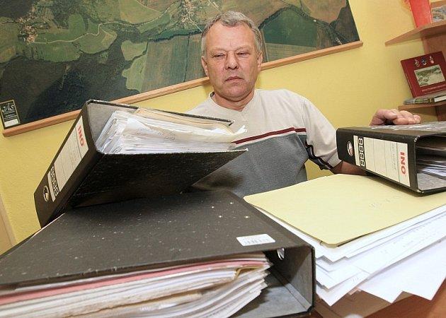 """Starosta Václav Vobořil (s množstvím dokladů, které ještě prověřuje) tvrdí, že na podivné praktiky účetní přišel před měsícem. """"Účetní zde již nepracuje, po dohodě odešla,"""" říká Vobořil. Podali jsme trestní oznámení a byl zde proveden audit účetnictví."""