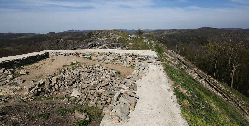 Zřícenina středověkého hradu Kalich u Třebušína na Litoměřicku