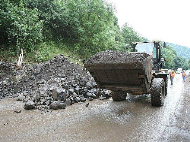 NEUKÁZNĚNÍ řidiči komplikovali v uplynulých dnech odklízení stovek tun kamení a dalšího materiálu, které naplavily silné sobotní deště na silnici mezi Sebuzínem a Ústím.