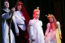 Zazpívat, zatančit a zahrát divadlo do beřkovického centra v předvánočním čase přišli žáci místní základní školy.