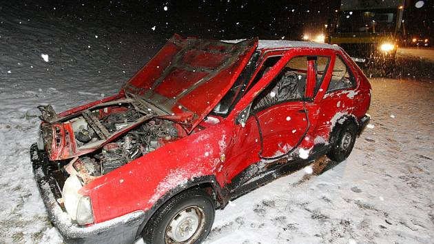 Nehoda, pod níž se podepsala namrzlá silnice, ilustrační foto.