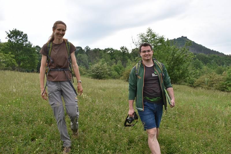 Botanička Kateřina Tremlová a Ondřej Nitsch z Agentury ochrany přírody a krajiny ukazují, jak důkladná pastva svědčí louce, rozkvétá