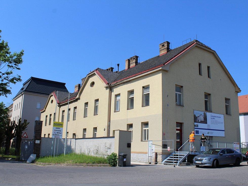 Bouracími pracemi začala v uplynulých dnech rozsáhlá rekonstrukce někdejší vrátnice v kasárnách pod Radobýlem v Litoměřicích. Už za několik měsíců tu nový domov v chráněném bydlení najdou klienti litoměřického střediska Diakonie.