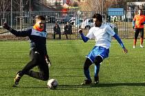 Fotbalisté Lovosic (v bílém) prohráli v přípravě s Roudnicí 0:2. Foto: Deník/Ladislav Pokorný