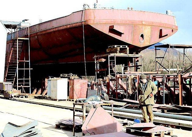 PŘED DOKONČENÍM.  V loděnici ve Lhotce nad Labem se právě dokončuje obrovský kolos, který je dlouhý 110 metrů.