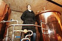 Spolumajitelka Minipivovaru Labuť Sabina Žáková stojí u části technologie na výrobu piva. Tady budou mít hosté pivovarské restaurace možnost sledovat při práci místního sládka. Stylová pivnice by se měla pro první návštěvníky otevřít už v lednu.