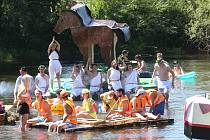 Desítky roztodivných plavidel včetně raketoplánu vyrazily v sobotu na plavbu po řece Ohře z Břežan nad Ohří až k Hostěnickému jezu.