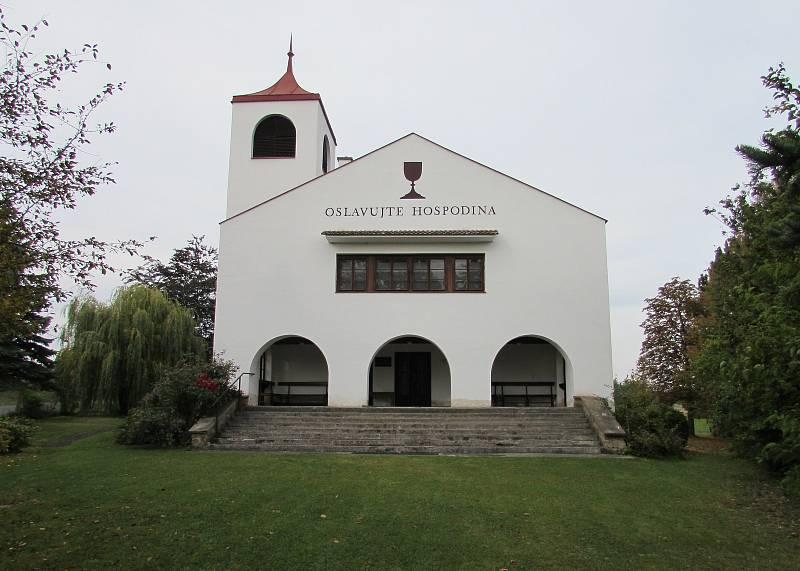 Mezi dominanty Chotiněvse patří kostel Českobratrské církve evangelické. Postaven byl teprve v letech 1950–1951.