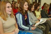 """Sbor neponechal nic náhodě. Během tří týdnů zvládl nastudovat  dvě nové skladby. """"Když se holky dozvěděly, s kým budou zpívat, vypadly jim noty z rukou,"""" smála se sbormistryně."""