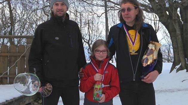 LOŇSKÝ vítěz závodu Jan Řebíček (vlevo) s nejmladším a nejstarším účastníkem Výběhu na Milešovku (Julie Vondrová a Alexandr Kárász).