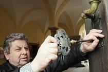 Kastelán Státního zámku Libochovice Ladislav Pešek otevírá brány známé kulturní památky při letošním zahájení turistické sezony.