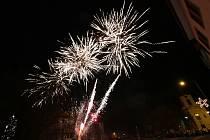Stovky lidí dorazily na již tradiční silvestrovský ohňostroj do Lovosic.
