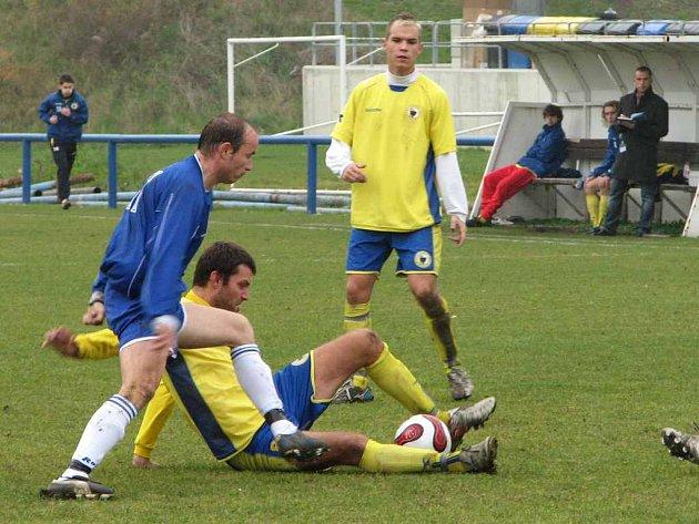 Jediným úspěšným střelcem byl v derby roudnický záložník Karel Mikas (v modrém), který takto bojoval o míč s domácím stoperem Michalem Slabým.