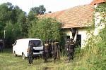 Policejní zásah ve velkopěstírně konopí v Podbradci na Libochovicku.