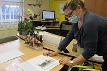 Starostka Vědomic Jana Salcmanová ukazuje studii na novou přístavbu stávající mateřské školy.
