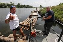 Příprava vorů u zdymadel v Českých Kopistech
