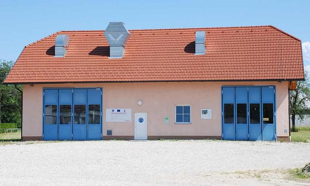 Geotermální elektrárna v Altheimu svou velikostí odpovídá rodinnému domku.