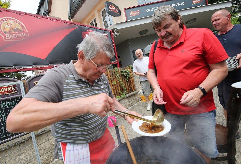 Josef Pásztor, známý svojí zelňačkou, tentokrát vařil guláš s výtěžkem pro charitu.