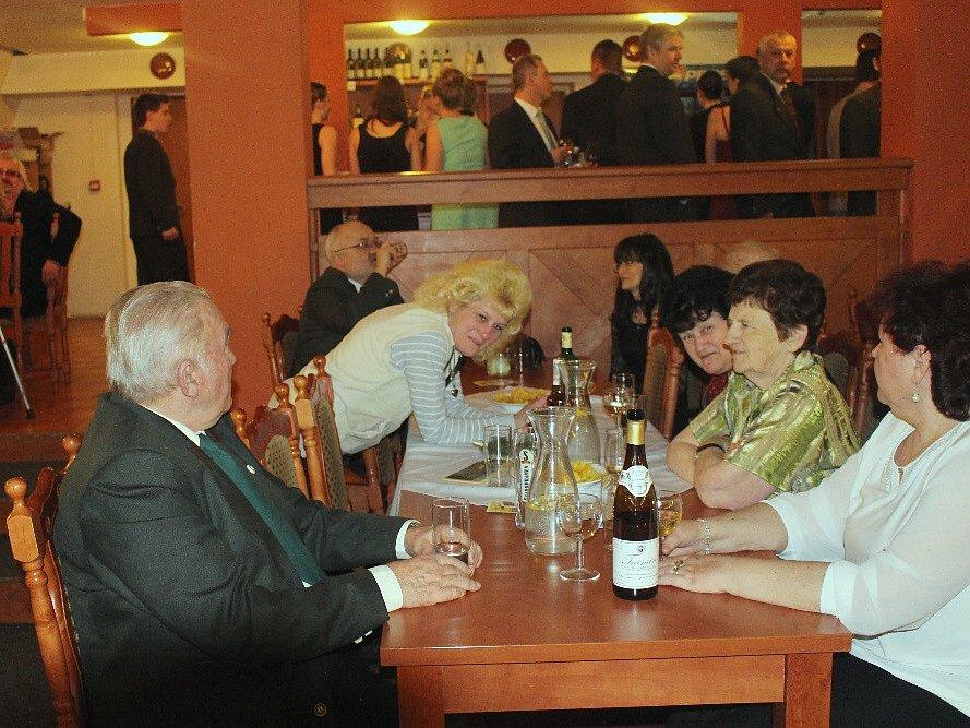 Páteční večer v sále litoměřické restaurace Koliba patřil okresnímu mysliveckému spolku Litoměřice. Na tradičním plese nechyběla bohatá zvěřinová tombola ani živá hudba.