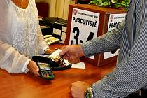 Na litoměřickém úřadu můžete nově platit kartou