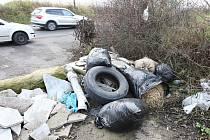 Zátarasy nepomohly, odpadky házejí znovu do pole u sjezdu z D8