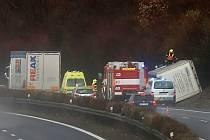 Na dálnici D8 u Brozan se převrátilo nákladní auto
