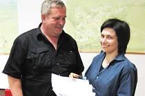Petici pod níž se podepsala většina solaňanů ukazuje členka petičního výboru Kateřina Horáčková společně s děčanským zastupitelem Miroslavem Svítilem.