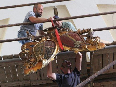V kostele sv. Petra a Pavla v Sutomi začala první etapa restaurování hlavního oltáře