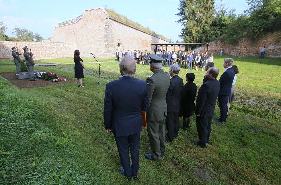 Odložená Terezínská tryzna proběhla na Národním hřbitově v Terezíně. Její hlavní části předcházela pietní část na popravišti Malé pevnosti.