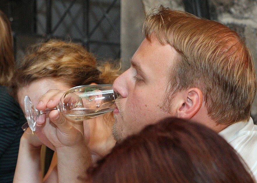 První řízená degustace vín v gotickém hradu.